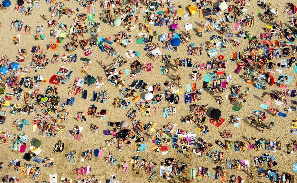 Fürdőzők sokasága népesíti be a tengerpartot a hollandiai Zandvoortban 2012. augusztus 19-én. Hollandiában a levegő hőmérséklete elérte a 34 Celsius-fokot, és a kánikulából tömegek kerestek felfrissülést az Északi-tenger vizében. (MTI/EPA/Robin Utrecht)