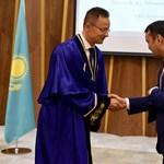 Szijjártót díszdoktorrá avatták Kazahsztánban, mert annyira jól építi a nemzetközi kapcsolatokat