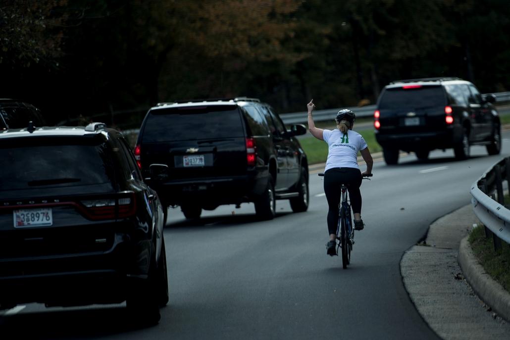 best of 2017 A Donald Trump amerikai elnököt szállító konvojnak int be egy biciklista a Virginia állam beli Sterlingben