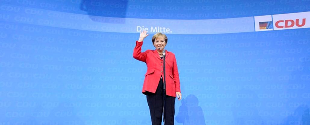 Angela Merkel német kancellár, a konzervatív Német Kereszténydemokrata Unió, a CDU vezetője köszönti támogatóit Berlinben, a német parlamenti választások estéjén. A szavazóhelyiségekből kilépők kikérdezésén alapuló közvélemény-kutatás eredményei szerint a CDU szerzte meg a legtöbb szavazatot, és a szabad demokratákkal alakíthat jobbközép kormánykoalíciót.