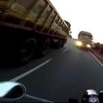 Autópályán előzött volna a motor, de szemből jött a teherautó – videó