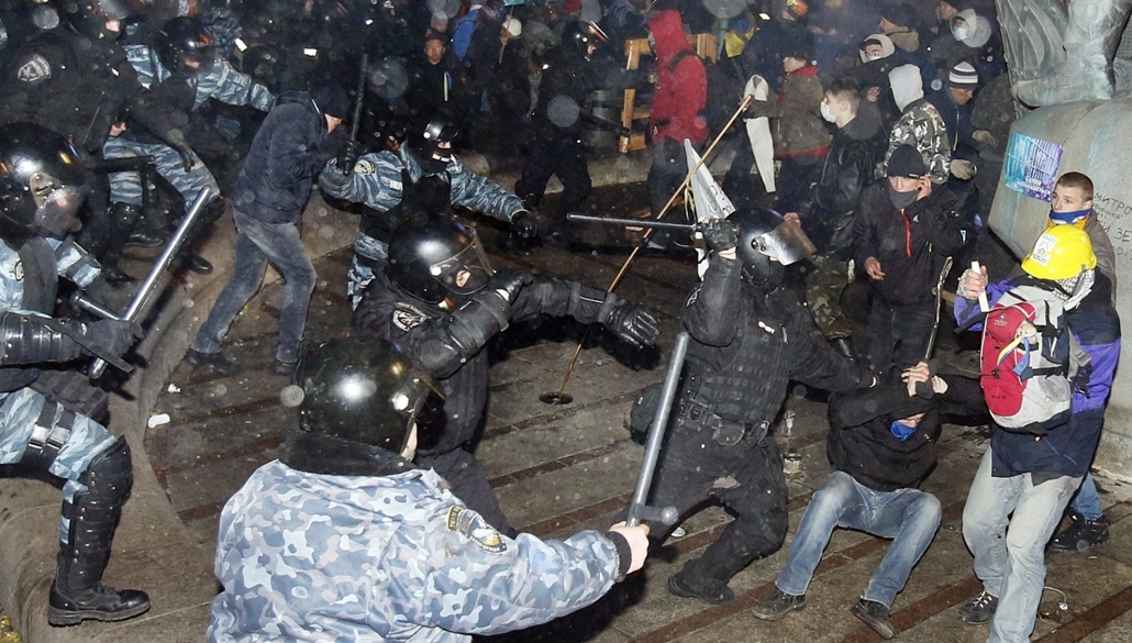 afp. nagyításhoz - ne használd - 2013.11.30. Protesters clash with police on Independence Square in Kiev early morning on November 30, 2013.  Dozens of protesters were wounded in Ukraine's capital early Saturday when police brutally dispersed demonstrator