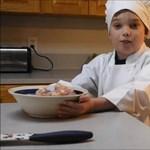 Kórházi sorstársainak főz a szívbeteg kisfiú