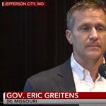 Belebukott a kormányzó a szex- és kampányfinanszírozási botrányba