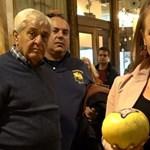 Egy nő kamerát rejtett a melltartójába, hogy kiderítse, hányan bámulják meg