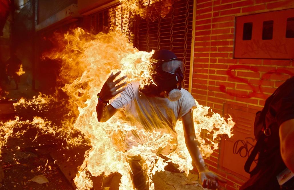 best of 2017 Egész évben utcai zavargások volt Caracas Venezuela fővárosának utcáin, az egyik ilynen megmozduláson kapott lángra az egyik tüntető