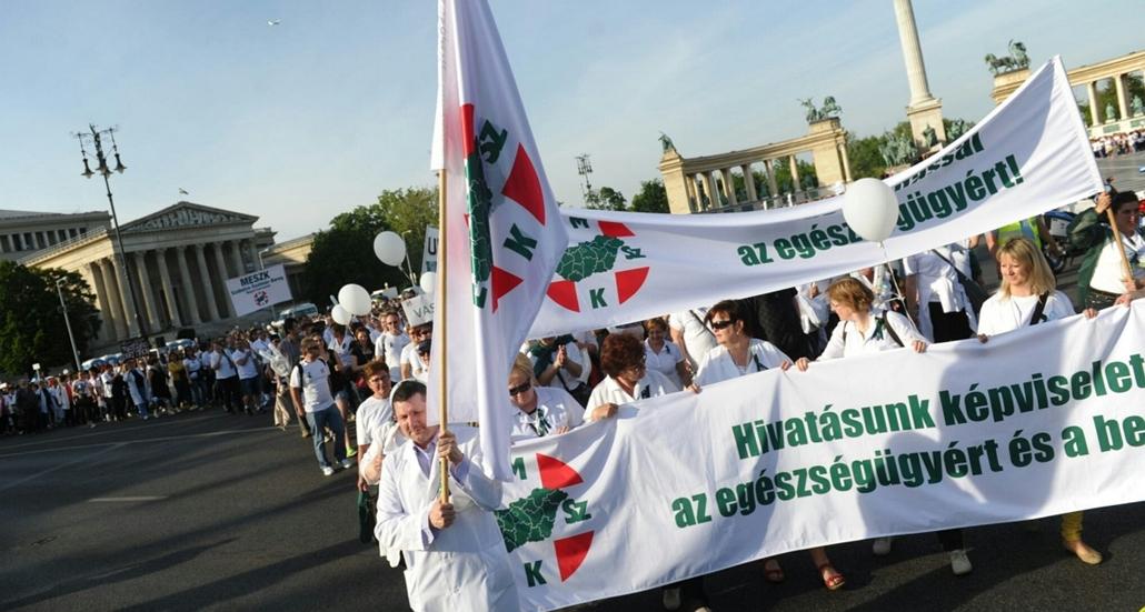 tg. tüntetés, mentősök, ápolók, demonstráció az egészségügyért, Hősök tere-andrássy út- Arany János utcához 2015.05.12. magyar szakdolgozói társadalom