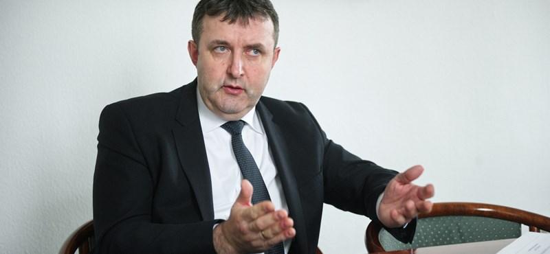 Palkovics: a szülők kérésére vezetik ki a tartós tankönyveket