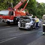 Ráborult egy tűzoltóautó egy kisbuszra Budapesten, egy ember meghalt