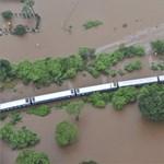 Az áradó víz fogságába esett egy vonat Indiában