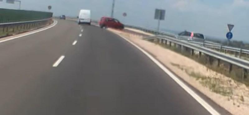 Szemben hajtott a gyorsforgalmi úton Fehérvárnál egy autós és a legrosszabbkor akart megfordulni