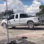 A nap videója: Kétségbeesetten küzd a Ford F-150 sofőrje, hogy visszalopja az autóját