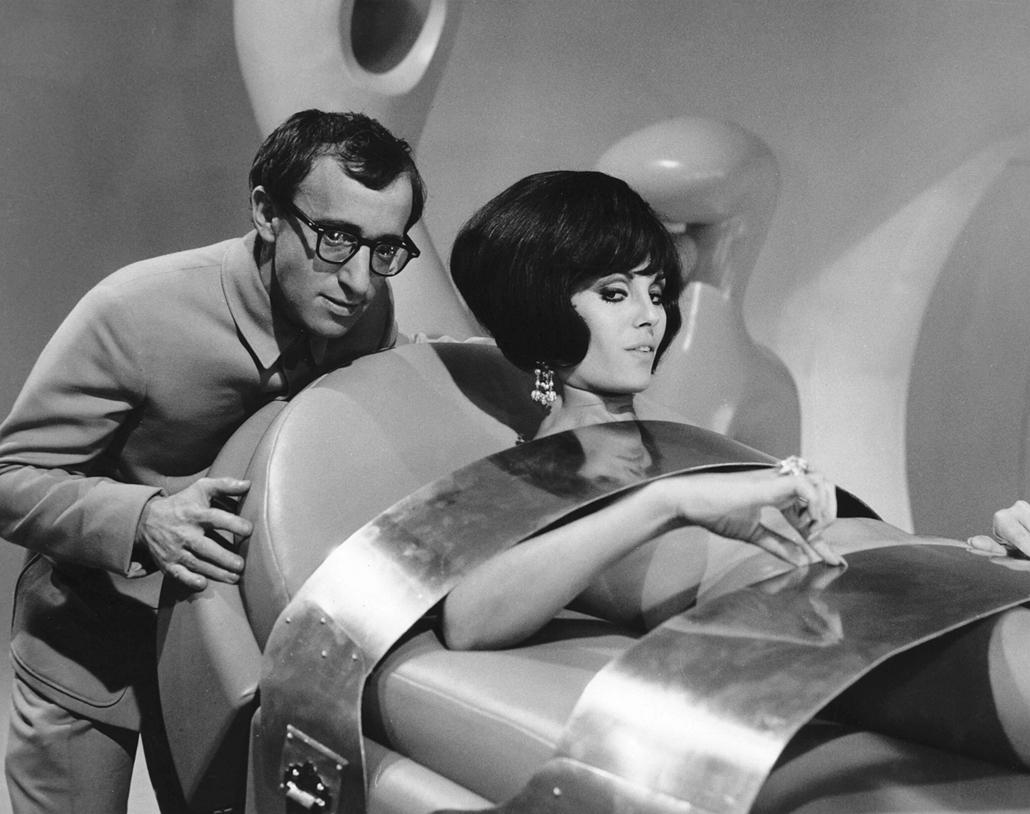 afp.1967. - Dahlia Lavi és Woody Allen a James Bond - Casino Royale (1967) című film egyik jelenetében. - nagyítás