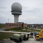 Fotó: helyére kerül a medinai NATO-radar legfontosabb része