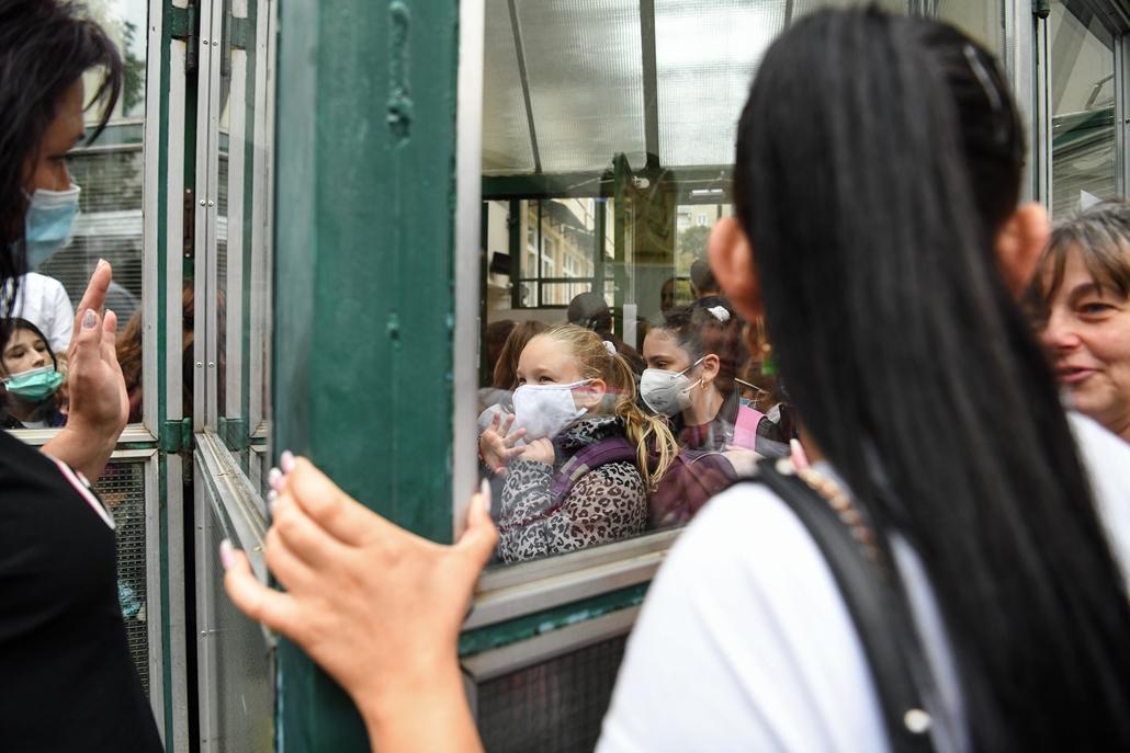 nagyítás koronavírus rev.20.09.01. iskola iskolakezdés tanévnyitó diák tanár oktatás általános iskola gyerek gyermek covid-19 covid járvány koronavírus vírus maszk Hunyadi Mátyás Általános Iskola XIII. kerület Budapest szülő család