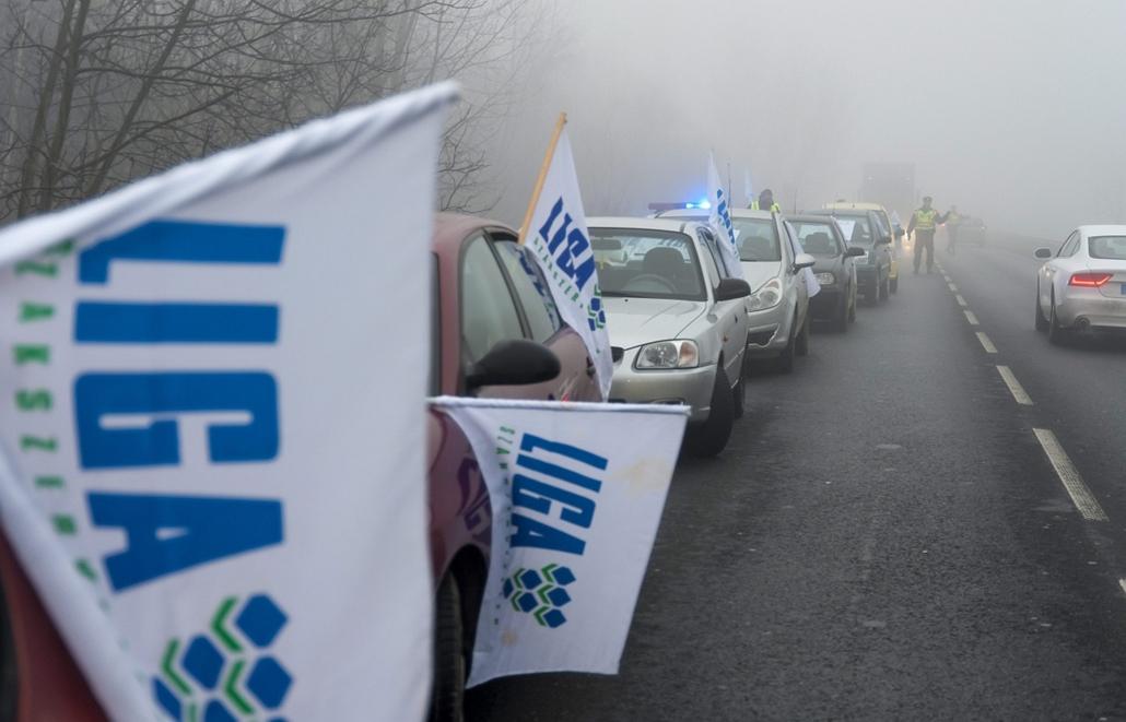 mti. Útlezárások - Győr, 2014.12.15. Félpályás útlezárás a Liga Szakszervezetek forgalomlassító demonstrációján Győr határában, az 1-es számú főút bevezető szakaszán 2014. december 15-én. A Liga demonstrációin a tervek szerint az ország 62 pontján legaláb