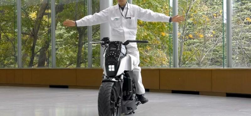 Egészen bizarr látvány a magától egyensúlyozó Honda motor – videó
