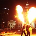 Nekik hiába mondanád, hogy ne játssz a tűzzel (videó)