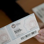 Eldőlt: a Posta viszi, de nem kapja meg karácsonyig mindenki az Erzsébet-utalványt