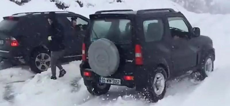 A nap videója: a kis Suzuki hóban alázza meg a nagy BMW-t