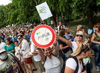 """""""Elfordítottuk a fejünket, óriási hiba volt"""" - civilek tüntettek a tatai Öreg-tó partjára tervezett luxusszálloda ellen"""