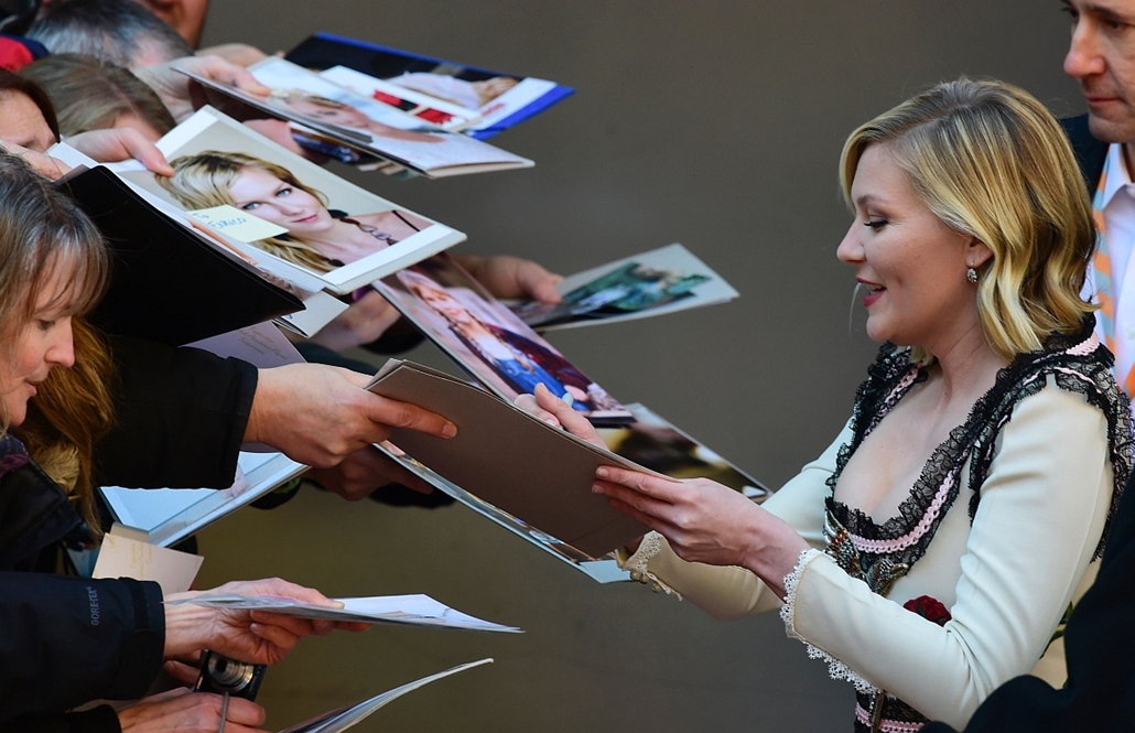 """afp. 66. Berlini Nemzetközi Filmfesztiválon, Berlinale 2016 - Us actress Kirsten Dunst signs autographs as she arrives for a photo call for the film """" Midnight Special by Jeff Nichols"""" screened in competition of the 66th Berlinale Film Festival in Berlin"""