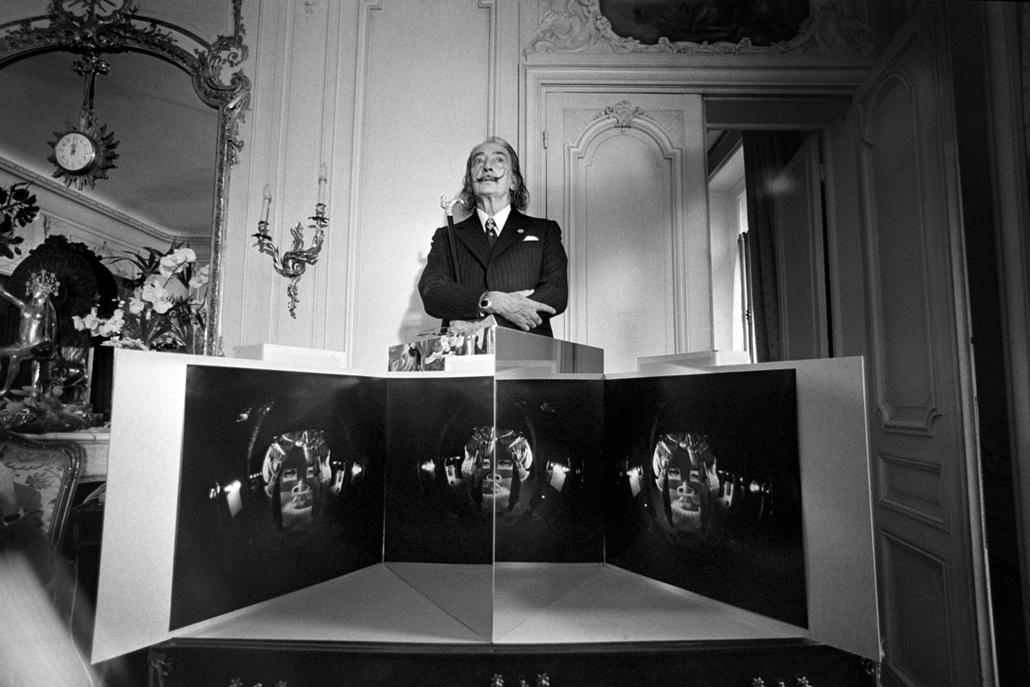 afp. nagyítás - Salvador Dali 110 éve született - 1975.04.17. UNITED STATES, - : Spanish artist Salvador Dali presents his stereoscopy work, on April 17, 1975 at the Nixon gallery.