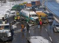 Közel 200 autó ment egymásnak egy balesetben