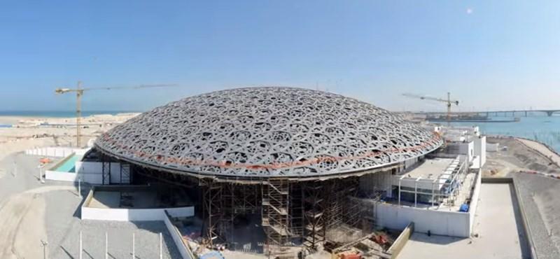Ezt a time lapse videót látni kell: így épült fel a Louvre Abu-Dzabiban
