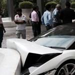 Elvitte parkolni az inas a Lamborghinit, majd összetörte