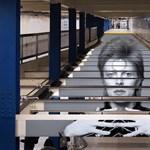 Itt a legkúlabb kiállítás-reklám: David Bowie a metróban
