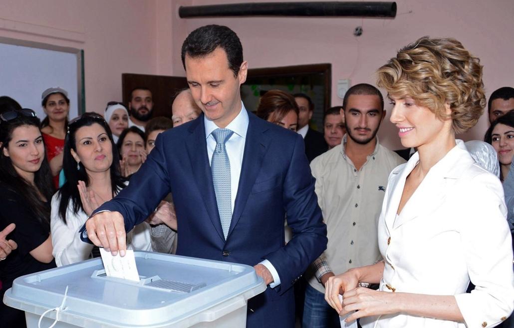 afp.14.06.03. - Damaszkusz, Szíria: Bassár el-Aszad feleségével, Asma el-Aszaddal szavazott . : yyyyy - 7képei nagyítás