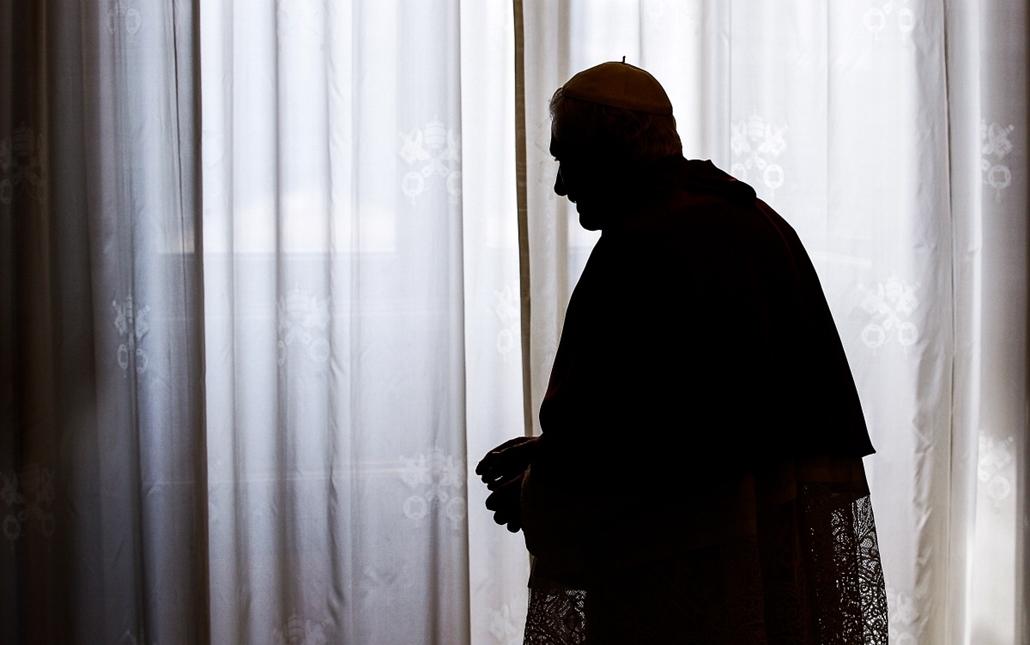 XVI. Benedek Pápa lemondott