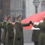 Félárbócra eresztették a zászlót a Parlamentnél – fotók