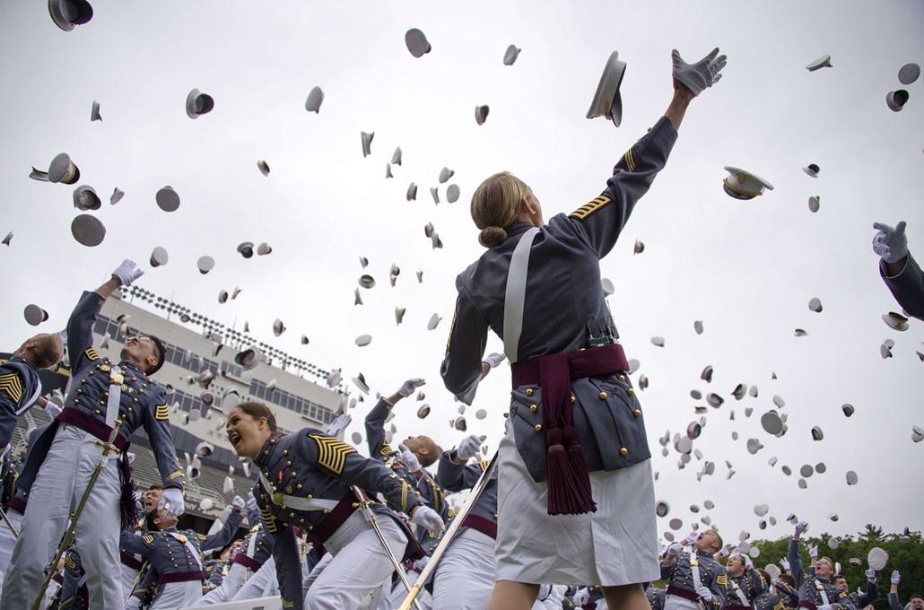 afp. nagyítás - hét képei - 2014.05.28. Washington, Egyesült Államok - The 2014 graduating class at the United States Military Academy at West Point, New York, throw their covers in the air at the end of the ceremony May 28, 2014.