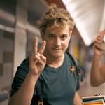 Sztárszínészek osztogattak zsebkönyveket a metrón, hogy ne a mobilt nyomkodják a fiatalok