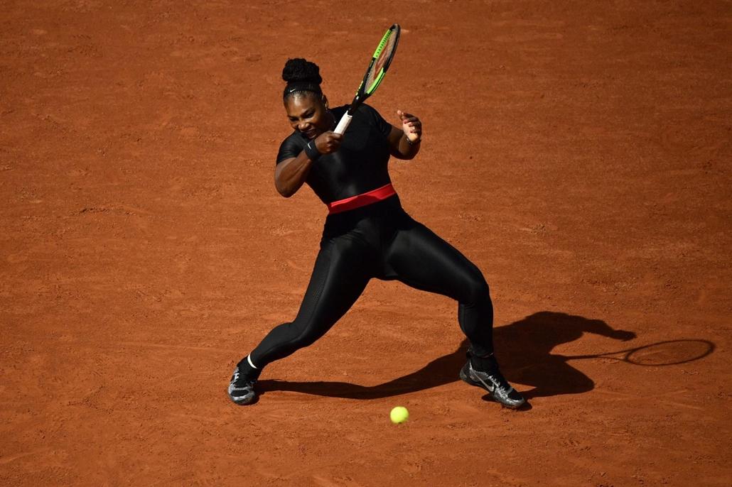 afp.18.05.29. Serena Williams visszaadta a labdát A Roland Garros Francia Open tenniszverseny harmadik napján, május 29-én