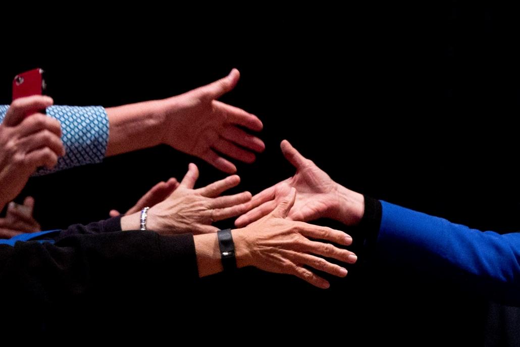 hét képei - !!! AP márc. 8-ig!!! - Wilmington: A Demokrata Párt elnökjelöltségére pályázó Hillary Clinton volt amerikai külügyminiszter kezet fog támogatóival egy kampányrendezvényen a Delaware állambeli Wilmingtonban 2016. április 25-én. Pennsylvania, Ma