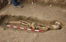 Elkezdték felújítani az utat, előkerült 400 sír