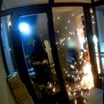 Látványos akcióval jutottak be a díler lakásába a rendőrök - videó