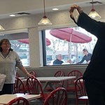 Tom Hanks beugrott egy gyorsétterembe, és ha már ott járt, mindenkit meghívott ebédre