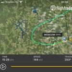Videón, ahogy az égő gép utasai ereszkednek le a csúszdán