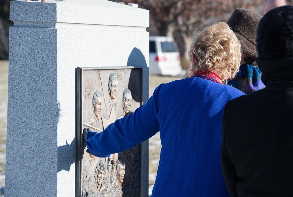 afp. Challenger-katasztrófa, 2015.0.128. Dick Scobee özvegye, June Scobee Rodgers a Challenger legénységének állított emlékműnél emlékezik