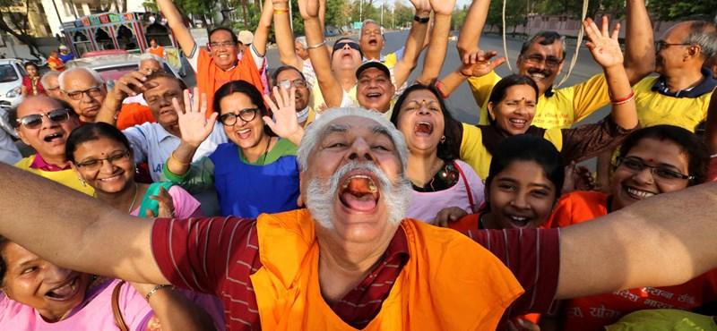 Összejött a kacagóklub Indiában - ma van a nevetés világnapja