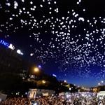 Látta, ahogy ezernyi világító léggömb úszik Budapest egén?