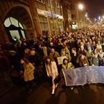"""""""Nem hagyjuk!"""" – elindultak a tüntetők a József nádor térre"""