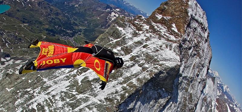 Ilyen még nem volt: élőben nézheti, ahogy leugranak a Mount Everestről