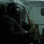 Az Intim Torna Illegál és a készenlétisek rezesbandája együtt zenélnek a zéró toleranciáról