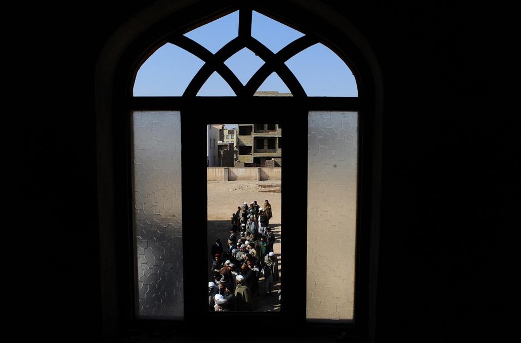 afp.14.02.26. - Herat, Afganisztán: férfiak a választási regisztrációs központ előtt - a hét képei