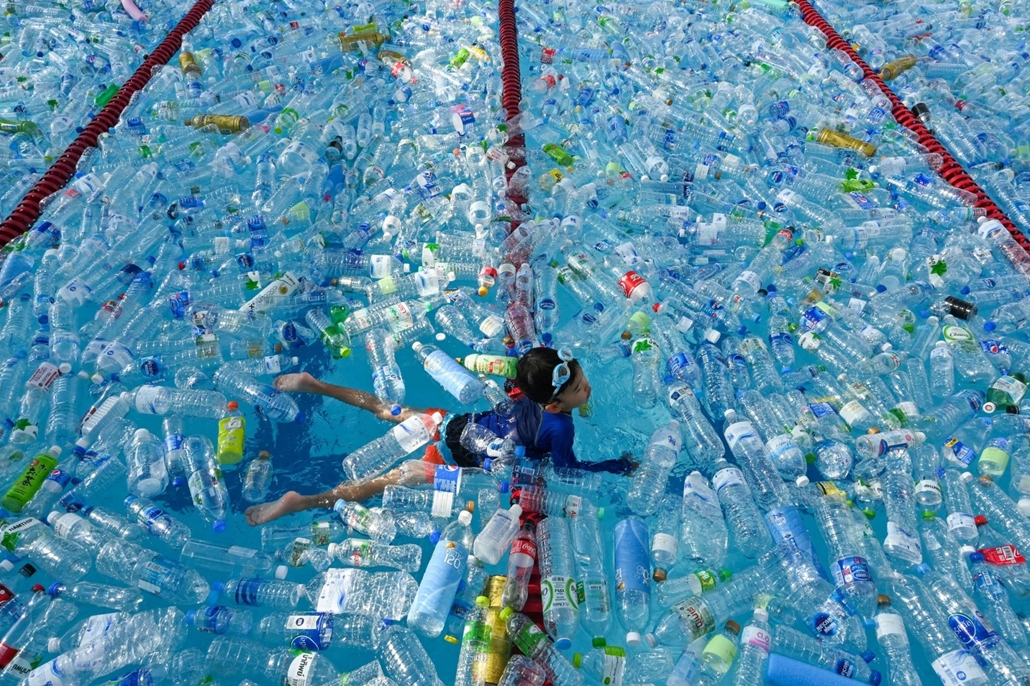 nagyítás afp.19.06.08. gyerek, úszás, műanyag palack, kampány